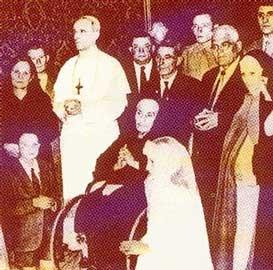 Pío XII con la familía Goretti el día de la Canonización de María.